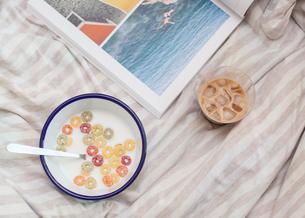 ベットの上で朝食の写真素材 [FYI01174236]