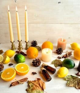 柑橘系フルーツとエッセンシャルオイルボトルと落葉 白木材背景の写真素材 [FYI01174440]