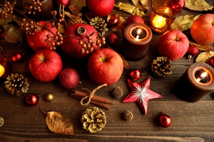 林檎とキャンドルとクリスマスオーナメントの写真素材 [FYI01174461]