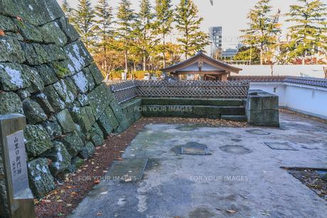 秋の福井城跡の山里口御門跡の風景の写真素材 [FYI01174900]