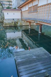 秋の福井城跡の御廊下橋の風景の写真素材 [FYI01174902]