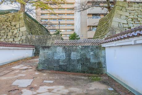 秋の福井城跡の山里口御門跡の風景の写真素材 [FYI01174903]
