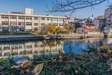 秋の福井城跡の風景の写真素材 [FYI01174922]