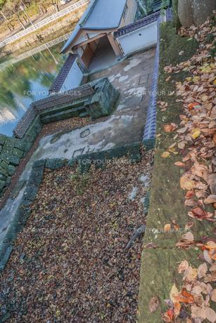 秋の福井城跡の山里口御門跡の風景の写真素材 [FYI01174930]