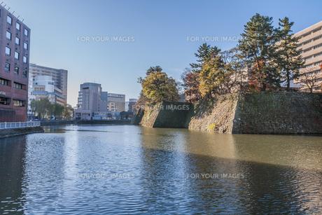 秋の福井城跡の風景の写真素材 [FYI01174934]