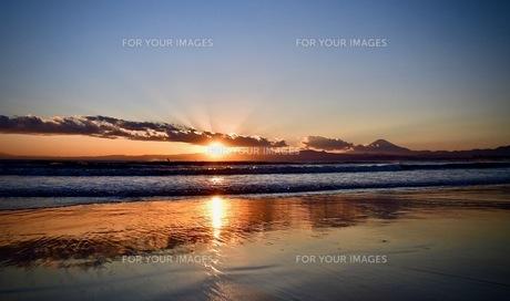 夕陽映る砂浜の写真素材 [FYI01174956]
