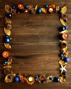 青いクリスマスオーナメントとキャンドルと金色の落葉 フレームの写真素材 [FYI01175020]