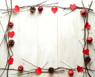 赤いハートの切り絵とまつぼっくりと林檎 フレームの写真素材 [FYI01175083]