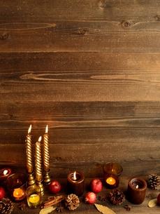 林檎とキャンドルとまつぼっくりの写真素材 [FYI01175096]