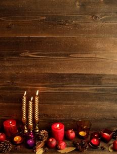 林檎とキャンドルとまつぼっくりの写真素材 [FYI01175097]