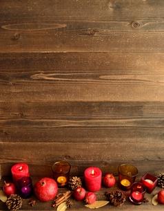 ザクロと林檎と赤いキャンドルの写真素材 [FYI01175098]