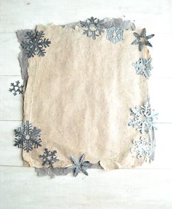二色の紙の上に置いた雪の結晶の切り絵の写真素材 [FYI01175101]