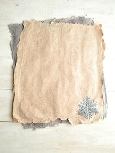二色の紙の上に置いた一枚の雪の結晶の切り絵の写真素材 [FYI01175103]