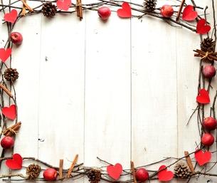 赤いハートの切り絵とシナモンスティックと林檎のフレームの写真素材 [FYI01175107]