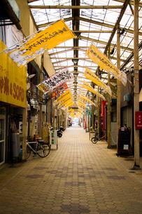 アーケード商店街の写真素材 [FYI01175296]