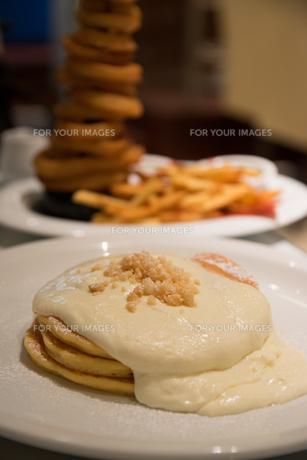 パンケーキのあるハワイアンダイニングの写真素材 [FYI01175298]