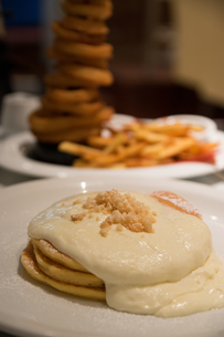 パンケーキのあるハワイアンダイニングの写真素材 [FYI01175299]