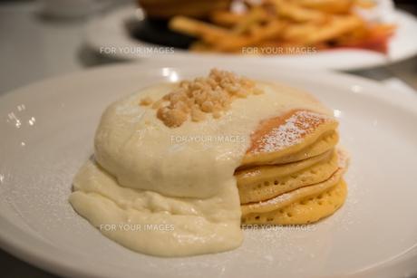 パンケーキのあるハワイアンダイニングの写真素材 [FYI01175301]