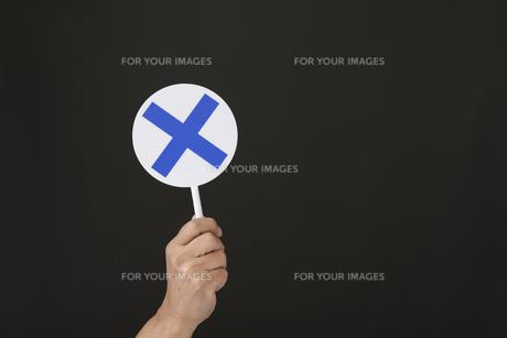 手と○×プレートの写真素材 [FYI01175421]