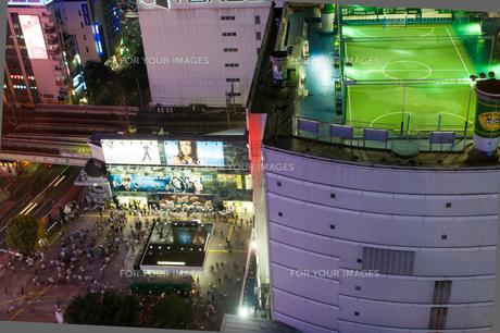 夜の渋谷駅前の写真素材 [FYI01175434]