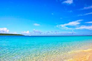 真夏の宮古島。与那覇前浜ビーチから見る来間島の写真素材 [FYI01175449]