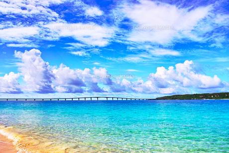 真夏の宮古島。与那覇前浜ビーチから見る来間大橋の写真素材 [FYI01175453]
