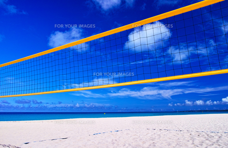 真夏の宮古島。与那覇前浜ビーチとビーチバレーコートの写真素材 [FYI01175460]
