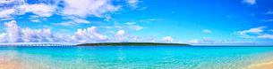 真夏の宮古島。与那覇前浜ビーチから見る来間島(パノラマ)の写真素材 [FYI01175479]
