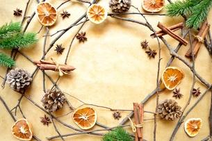 ドライオレンジとシナモンスティックとまつぼっくり クリスマスイメージフレームの写真素材 [FYI01175557]