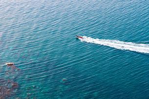 海とボートと水平線の写真素材 [FYI01175618]