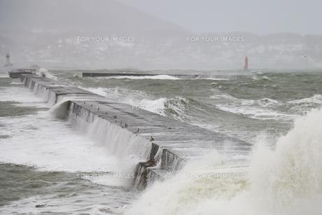 冬の荒れた日本海の写真素材 [FYI01175627]