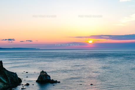 海に沈む夕日 北海道小樽市祝津の写真素材 [FYI01175636]