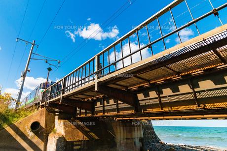 海岸の線路と電車の写真素材 [FYI01175637]