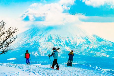 北海道羊蹄山を背景としたスキーヤーとスノーボーダーの写真素材 [FYI01175667]