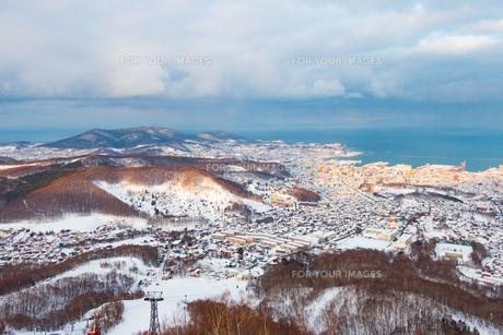 海辺の町の冬景色 北海道小樽市天狗山山頂よりの写真素材 [FYI01175668]