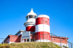 岬の上に建つ灯台の写真素材 [FYI01175681]