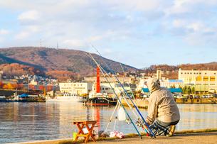 秋の港の釣り人の写真素材 [FYI01175684]