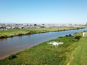 江戸川上空のドローンの写真素材 [FYI01175905]