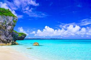 真夏の宮古島。砂山ビーチの前に広がる海の写真素材 [FYI01175929]