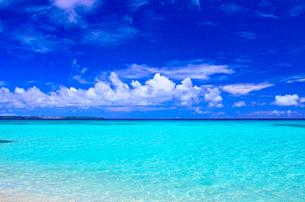 真夏の宮古島。砂山ビーチの前に広がる海の写真素材 [FYI01175933]