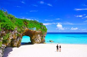 真夏の宮古島。砂山ビーチで海を眺めるカップルの写真素材 [FYI01175942]