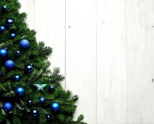 ブルーの星型とオーナメントとモミの葉のクリスマスツリーの写真素材 [FYI01175990]