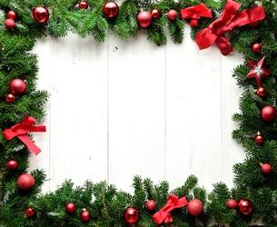 赤いリボンとクリスマスオーナメントとモミの葉のフレームの写真素材 [FYI01175995]