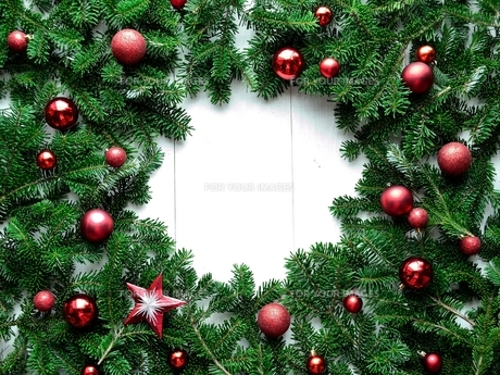 赤いクリスマスオーナメントとモミの葉のフレームの写真素材 [FYI01176003]