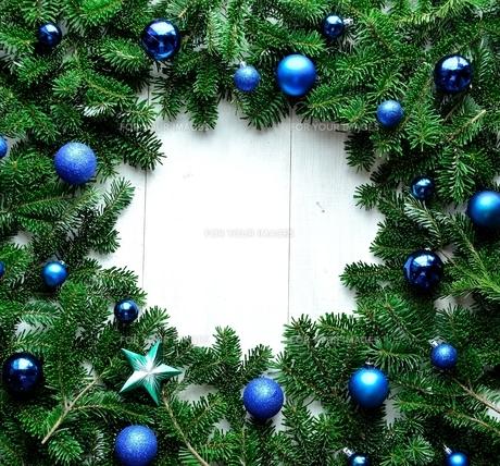 ブルーのクリスマスオーナメントとモミの葉のフレームの写真素材 [FYI01176008]