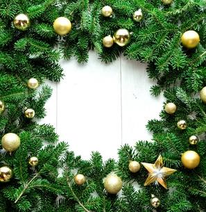 金色のクリスマスオーナメントとモミの葉のフレームの写真素材 [FYI01176020]