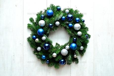 ブルーと銀色のオーナメントとモミの葉のクリスマスリースの写真素材 [FYI01176154]