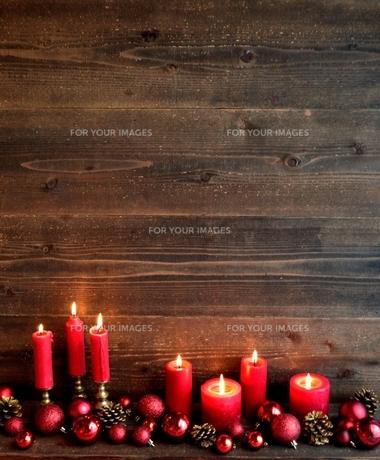 赤いクリスマスオーナメントと赤いキャンドル の写真素材 [FYI01176170]