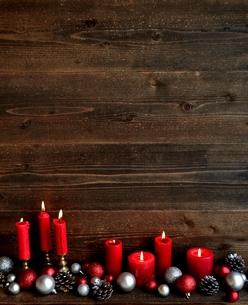 赤と銀色のクリスマスオーナメントと赤いキャンドル の写真素材 [FYI01176171]