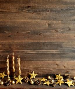 星型のクリスマスオーナメントとゴールドのキャンドル ゴールド系の写真素材 [FYI01176172]
